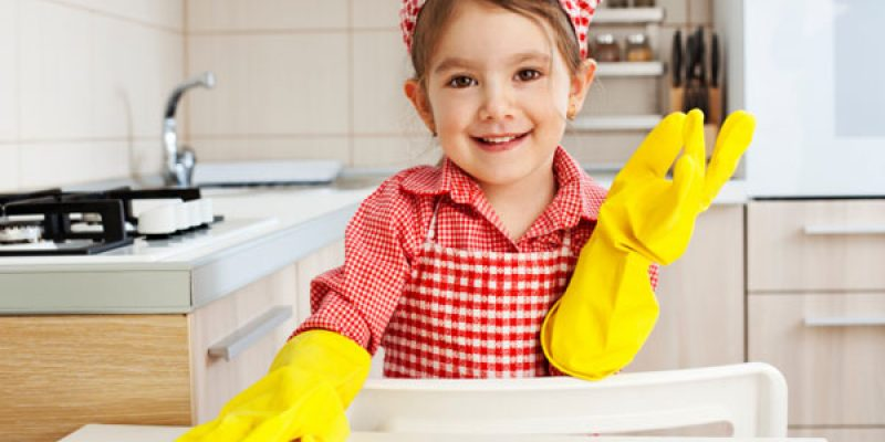 Little-girl-cleaning-table_stjvh6